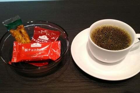 コーヒーとお菓子の写真