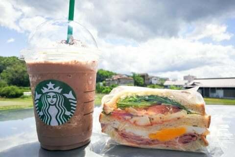 フラペチーノとサンドイッチの写真