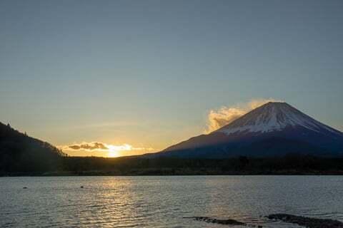 精進湖と日の出の写真