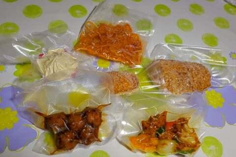 真空冷凍したスーパーマーケットの惣菜達の写真
