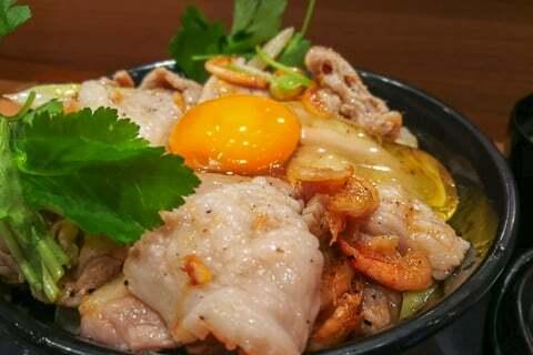 静岡限定清水桜えび塩すた丼のアップの写真