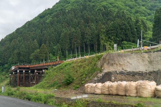 山間部に向けて道路の写真