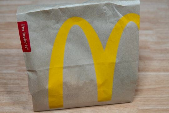 マクドナルドの紙袋の写真