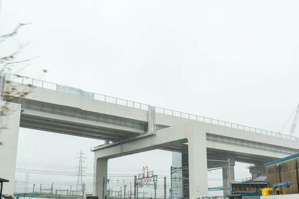 敦賀駅から南側の新幹線の高架の写真