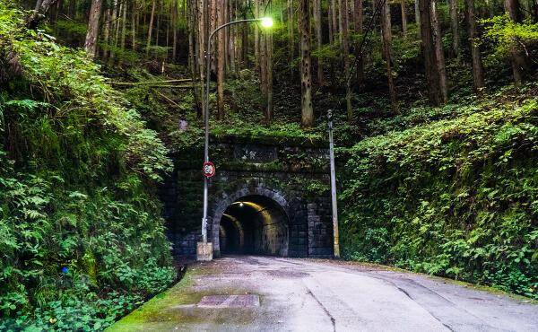 旧伊勢神トンネル(伊世賀美隧道)の入り口の写真